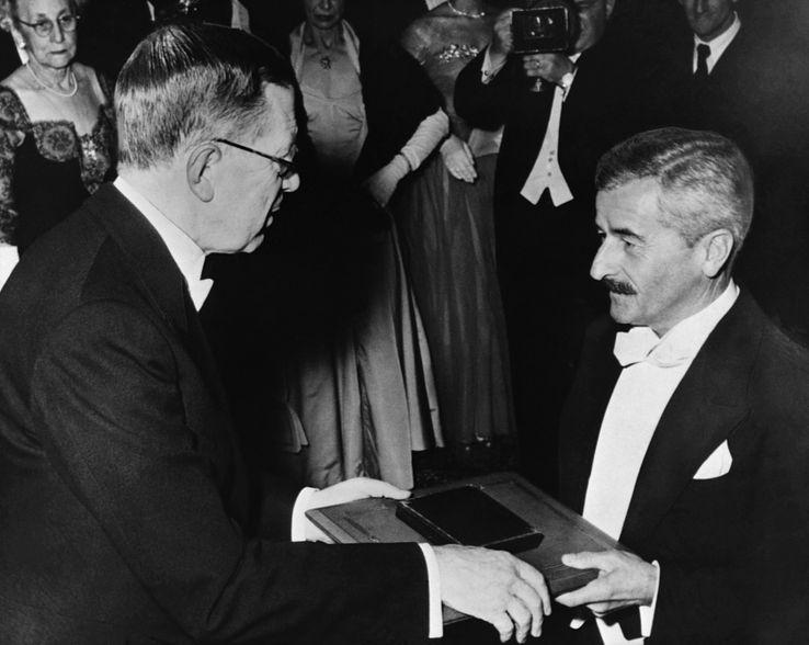 William Faulkner reçoit le prix Nobel de littérature 1949 des mains du roi Gustave VI Adolphe de Suède