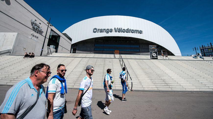 Supporters de l'OM devant le stade Orange Vélodrome
