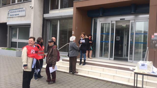 Des agents se sont rassemblés devant le centre d'encaissement de Lille