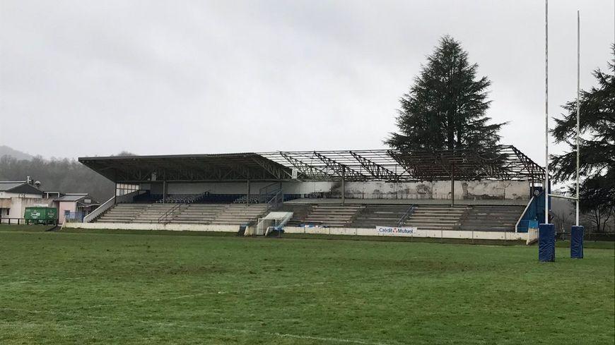 Depuis l'incendie, la partie droite de la grande tribune n'accueille plus de spectateurs.