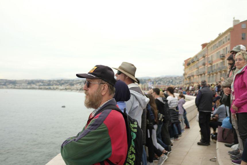 Spectateurs massés sur la pointe de Rauba Capeu