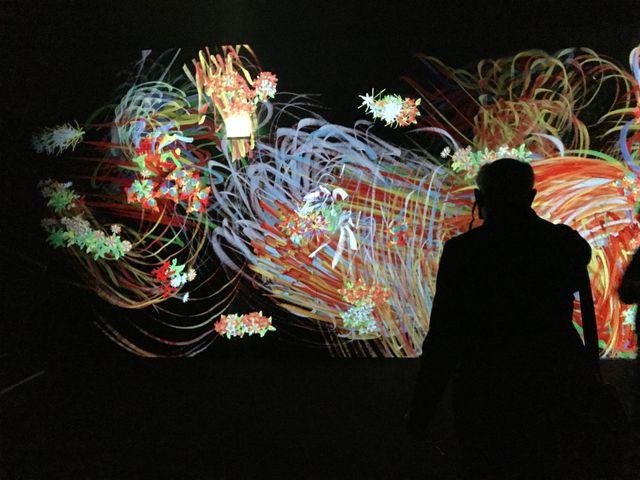 Certaines fleurs ou animaux projetés dans l'oeuvre du collectif TeamLab ont été coloriés par le public