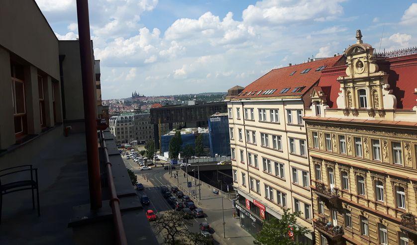 Vue depuis le bâtiment de la radio publique sur la principale rue qu'avaient investie les chars soviétiques