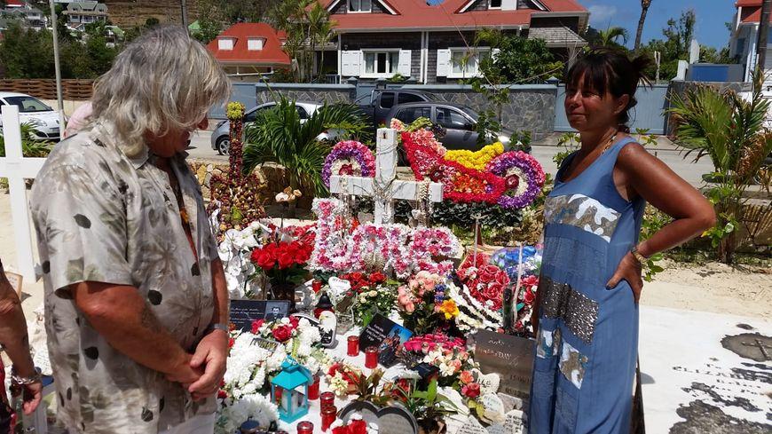 Jacky, 65 ans, est venu de métropole pour se recueillir sur la tombe de Johnny
