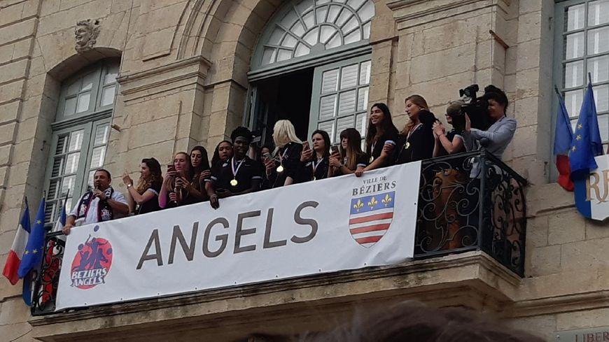 Les volleyeuses biterroises fêtent leur titre de championnes de France à l'Hôtel de ville