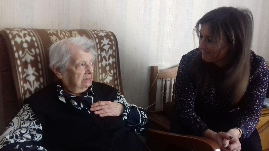 Charlotte Chevrie dans sa chambre avec la psychologue de la résidence