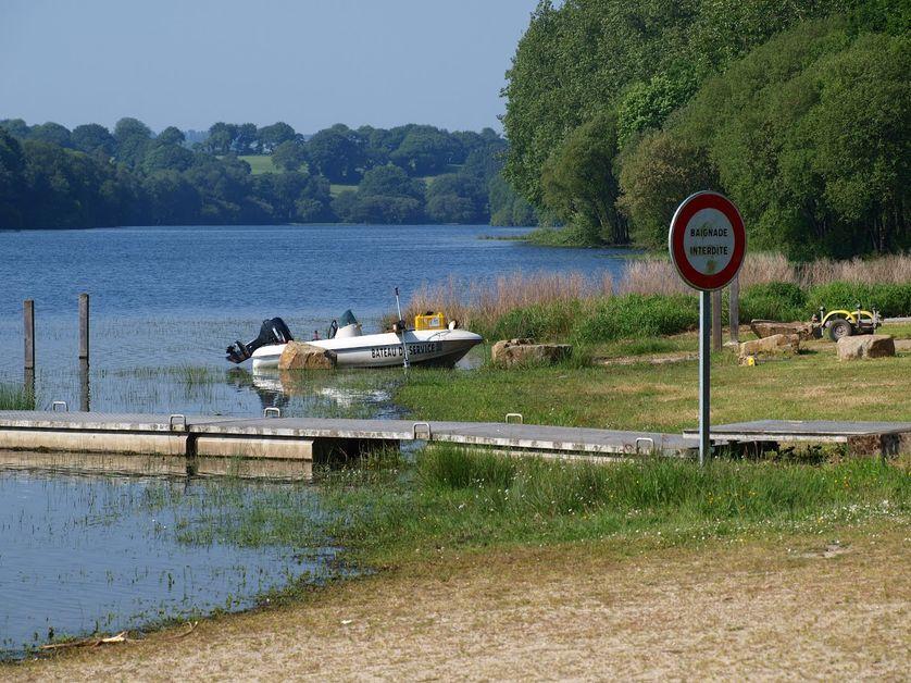 L'étang de Korong et le bateau de contrôle la qualité de l'eau