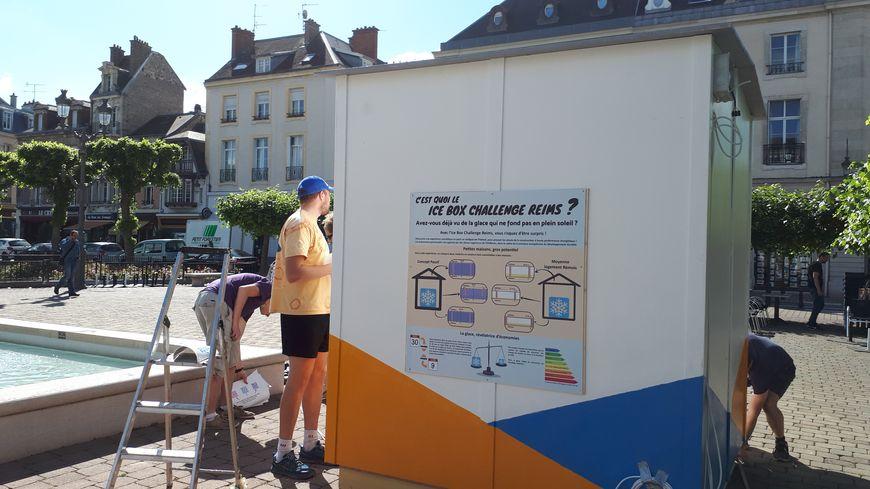 Place du Forum à Reims, les élèves ingénieurs de l'ESI terminent l'affichage sur les deux structures qui abritent les blocs de glace.