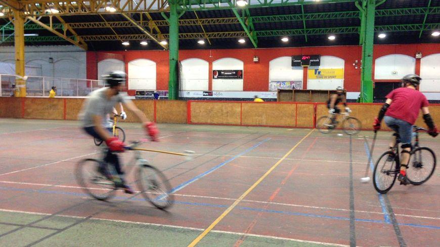 Entrainement de bike polo au gymnase de la Rotonde à Tours