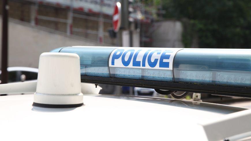 Véhicule de police.