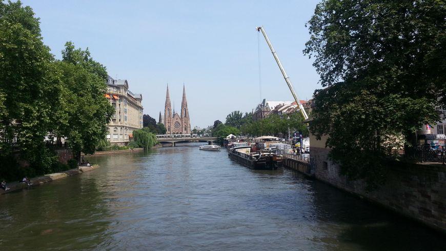 Les pavés sont débarqués quai des Pêcheurs, à côté des bars strasbourgeois