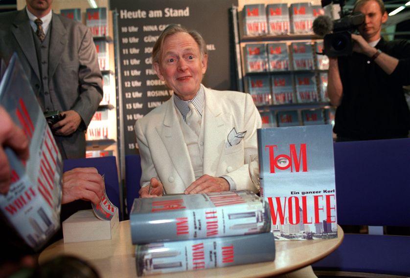 """Décès à 88 ans de Tom Wolfe, écrivain et journaliste américain, dont """"Le Bûcher des vanités"""" avait été porté au cinéma par Brian de Palma. Ici, à la Foire du livre de Francfort en 1999"""