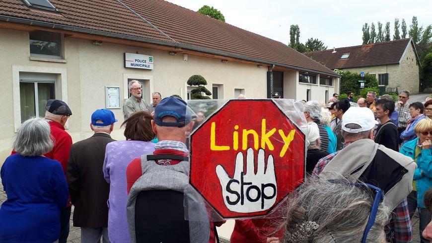 Les opposants au compteur Linky réunis ce vendredi 4 mai devant la mairie de Quetigny