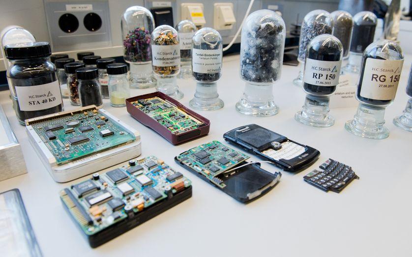 Extraction et recyclage de métaux rares à partir de téléphones portables,  entreprise H.C. Starck à Goslar, Allemagne, 03 February 2016