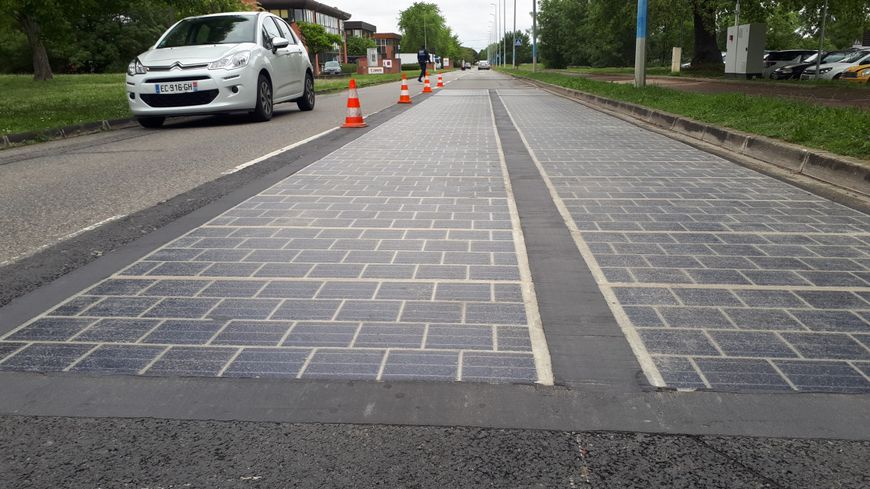 C'est une portion de route de 30 m de long. 54 m² de panneaux solaires.