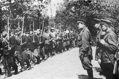 L'unité polonaise de Pinsk passée en revue par le Major Général Vasily Korzh (3e en partant de la droite) - 1er août 1943