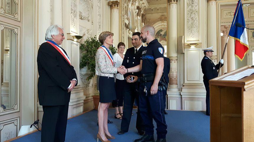 Cécile Helle maire d'Avignon accueille l'un des neuf nouveaux policiers municipaux  - Radio France