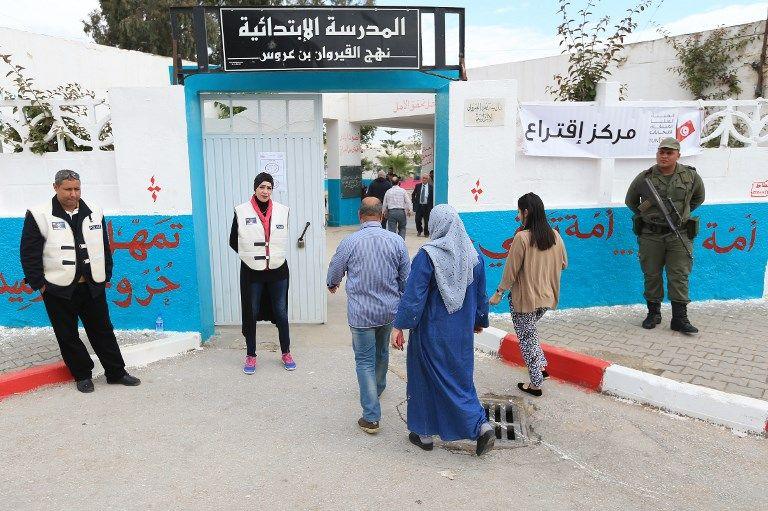 Dispositif anti-attentats renforcé devant tous les bureaux de vote du pays, comme ici à Ben Arous