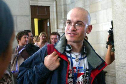 Frédéric Bourdin, 31 ans, un usurpateur multirécidiviste d'identités, répond aux questions des journalistes au palais de justice de Pau, le 15 septembre 2005.