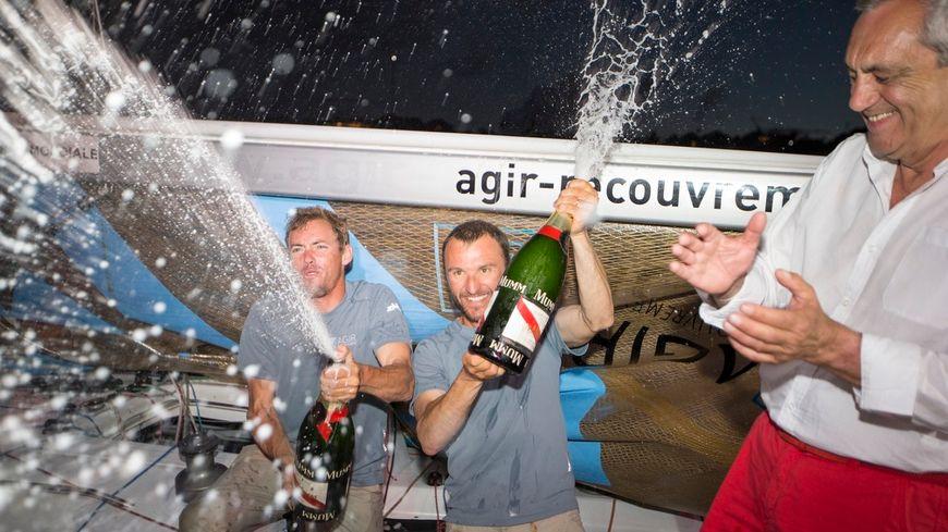 Adrien Hardy (à gauche) et Thomas Ruyant sabrent le champagne à St Barthélémy