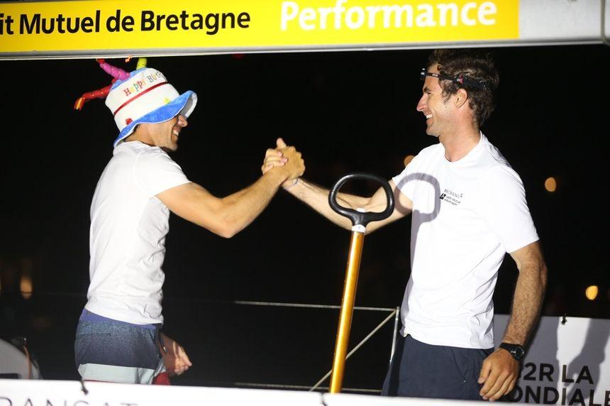 Sébastien Simon (avec chapeau) et Morgan Lagravière à leur arrivée à Gustavia
