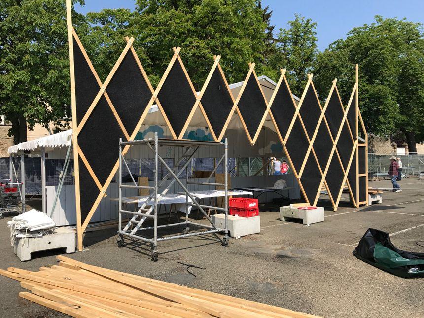 Plusieurs équipes de décorateurs sont mobilisées sur la préparation du festival.