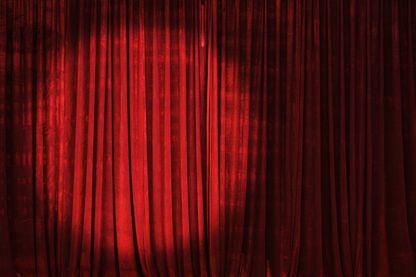 Dans les coulisses de la fabrique du rire : qui se cache derrière le rideau ?