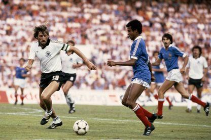 Le footballeur Français Jean Tigana en action contre Manfred Kaltz (Allemagne de l'Ouest), lors de la demi-finale de la Coupe du Monde de la FIFA, le 8 juillet 1982