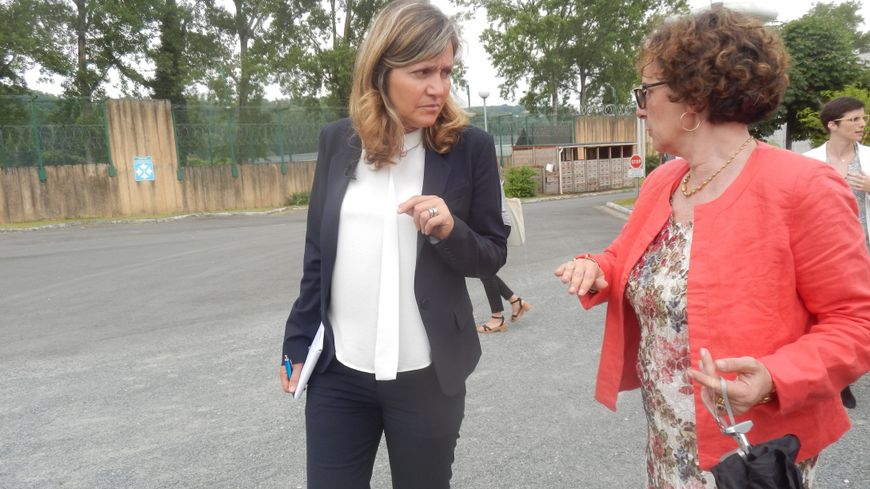 La directrice du centre de détention de Mauzac, Caroline San-Nicolas (à droite) guide la députée Yaël Braun-Pivet