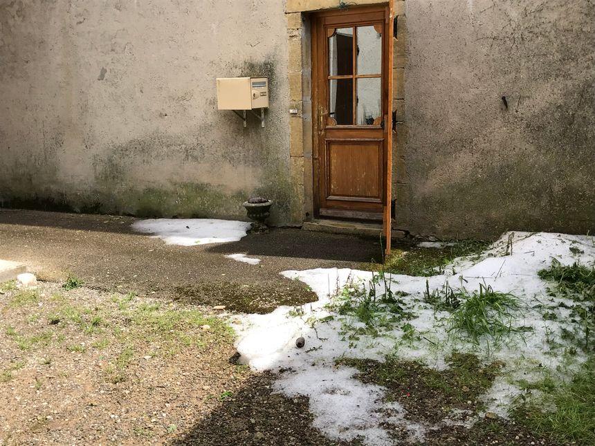 Dans ce jardin la glace n'a pas fondu 24 heures après l'averse.