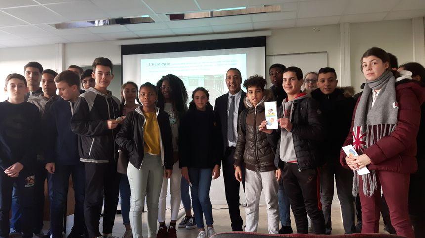 Les élèves de 3ème du collège Les Chalais avec Mustapha Laabid