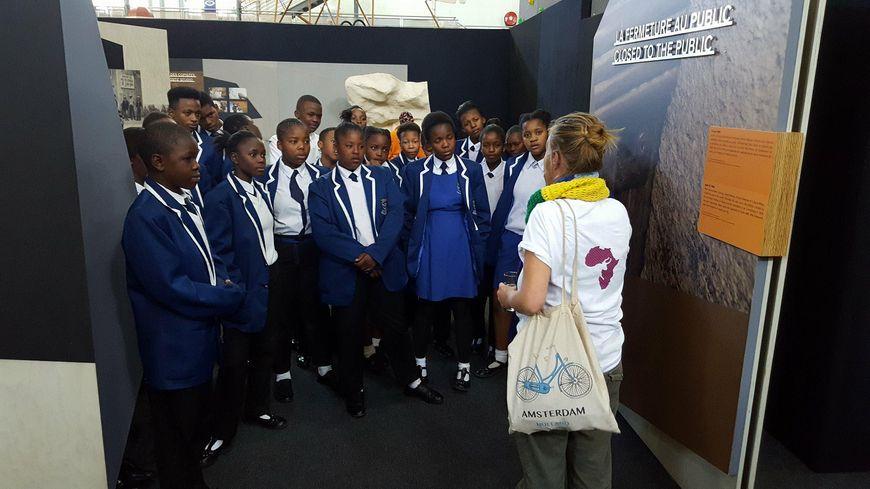 Les premiers écoliers de Johannesbourg ont découverte l'exposition.