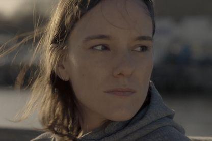 Lola Coipeau dans le rôle de Jeanne, l'une des six colocataires enfermés dans l'appartement. Random, une série de Rémi Noëll et Sullivan Le Corvic.