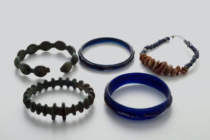 Art celte : ensemble de bracelets de bronze et verre provenant de la Champagne. 250-200 avant JC. Chalons-sur-Marne, Musee Municipal