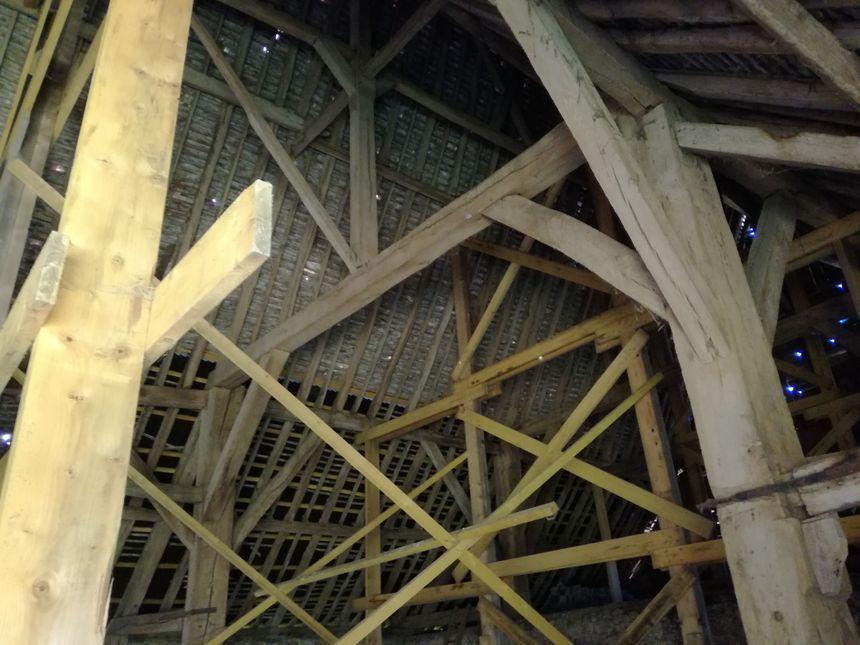 A l'intérieur, une charpente provisoire a été installée pour maintenir le bâtiment debout.