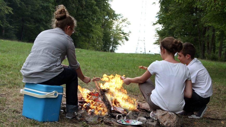 Les enfants ont laissé le feu sans surveillance pour aller chercher leur paquet de chamallows (image d'illustration).