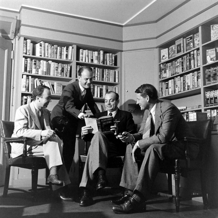 Antoine de Saint-Exupéry discutant avec des inconnus, 1939