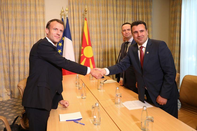 Emmanuel Macron serre la main du premier ministre bulgare Zoran Zaev à Sofia. (16/05/18)