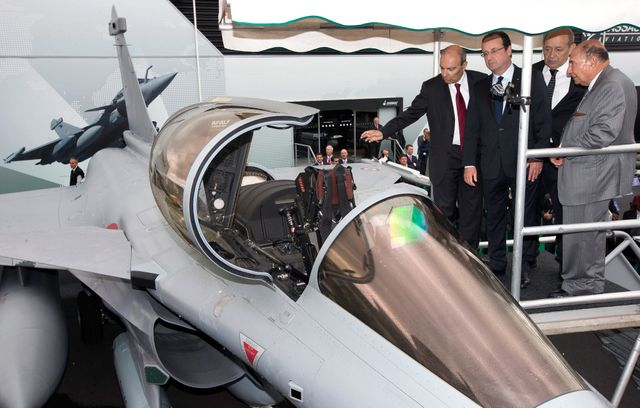 Au Bourget 2013, Serge Dassault présente le Rafale à ses deux meilleurs promoteurs à l'étranger : François Hollande et Jean-Yves Le Drian.
