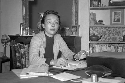 L'écrivain français Marguerite Duras (1914-1996) au début des années cinquante, à son domicile parisien.