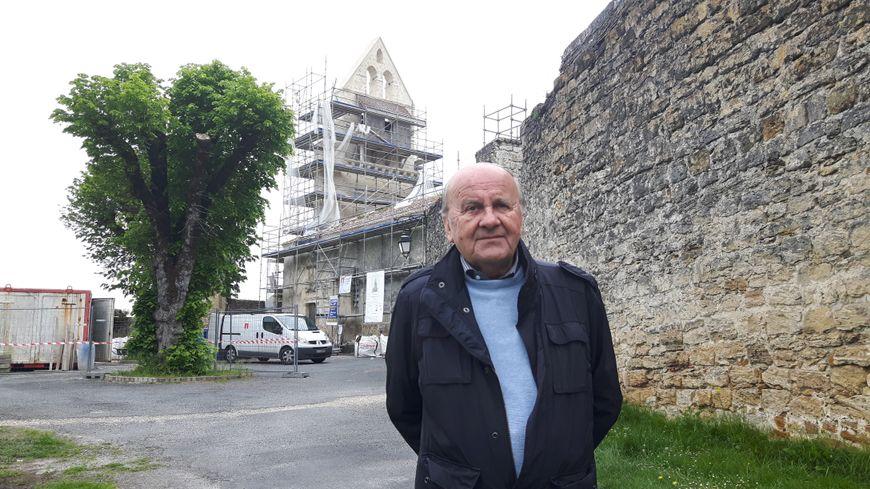 Jean-Pierre Auroux, maire de Noaillan, devant l'église du XII siècle