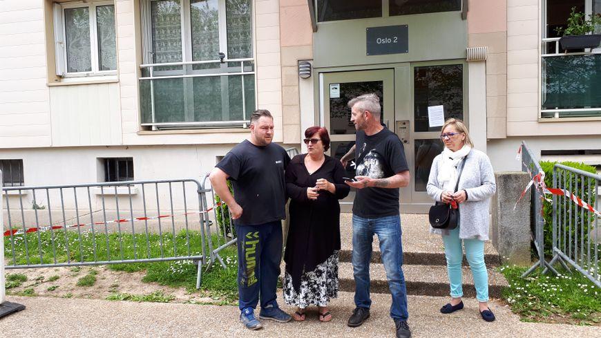 Des locataires et des voisins de la résidence Oslo 2, Yvetot, l'immeuble mitoyen de celui où un balcon s'est effondré samedi 12 mai.