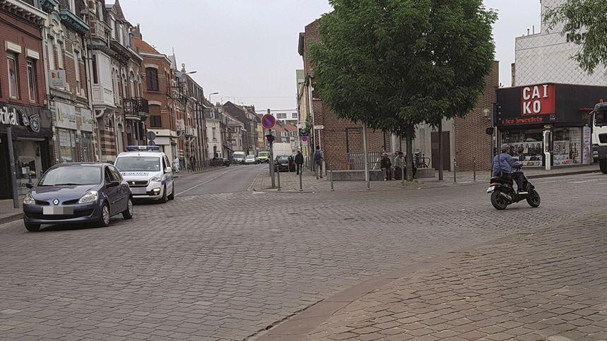Un jeune homme sans casque passe sans aucune réprimande à côté d'une patrouille de la police municipale - Radio France