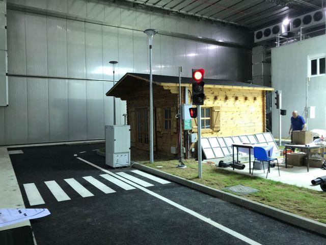 La mini-ville sera composée de trois bâtiments, d'une route, de feux de signalisation, de lampadaires, et de canalisation d'eau