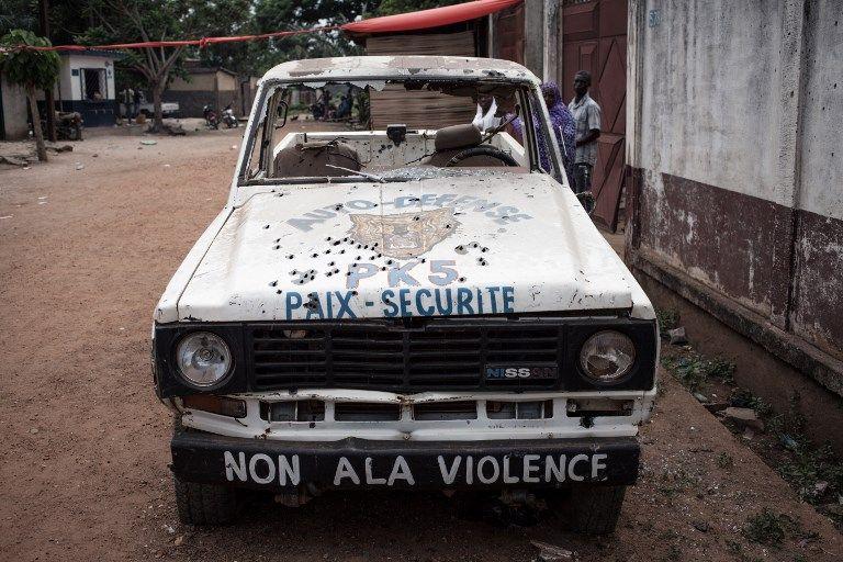 """Dans une rue de Bangui, un véhicule de patrouille d'un des nombreux """"groupes d'auto-défense"""" qui parcourent la ville jour et nuit"""