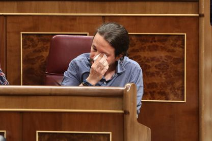 Pablo Iglesias, le chef de Podemos, en pleurs après avoir lu le témoignage d'Espagnols torturés pendant le franquisme par un ancien policier, Antonio González Pacheco