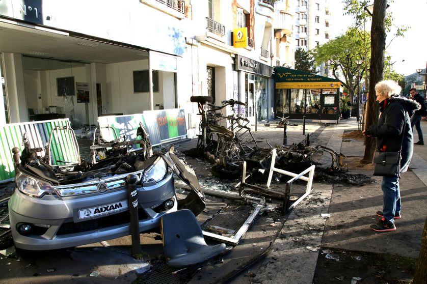 Restes calcinés d'une concession automobile attaquée ce mardi en face de la gare d'Austerlitz