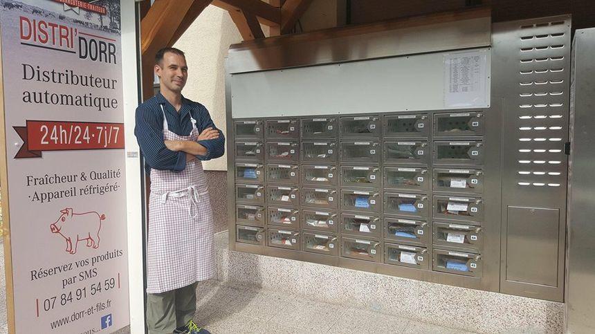 Patrice Dorr, le gérant de la boucherie-charcuterie Dorr, à Francaltroff. Derrière lui, Distri'Dorr, le distributeur automatique de viandes.