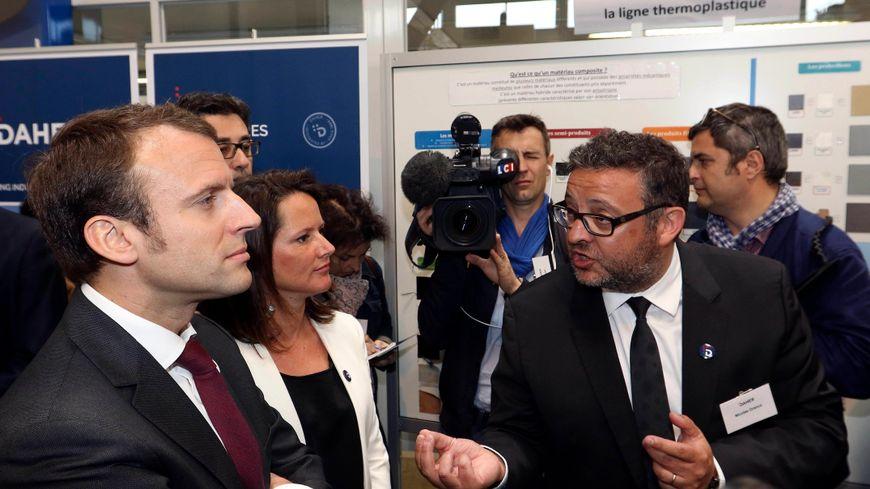 Emmanuel Macron, alors ministre de l'Economie, en visite à l'usine Daher de Saint-Aignan-de-Grandlieu, près de Nantes, avec Johanna Rolland, le 18 mai 2015