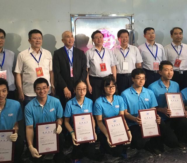 Les étudiants chinois et les responsables du programme de confinement à la sortie du laboratoire spatial